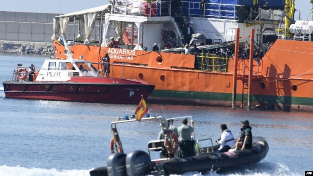 Des migrants se tiennent sur le pont de l'Aquarius alors que le navire entre dans le port de Valence, le 17 juin 2018.