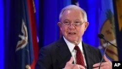 El Fiscal General de EE.UU., Jeff Sessions, dijo que su decisión proporcionaría más claridad para los jueces de inmigración que deciden sobre la validez de los reclamos de asilo.