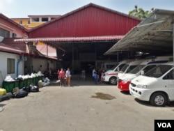 ពលរដ្ឋពីររូប កំពុងដើរចេញពីមន្ទីរពេទ្យមិត្តភាពកម្ពុជា-ចិនព្រះកុសុមៈ ទីដែលការផ្គត់ផ្គង់អគ្គិសនីត្រូវបានកាត់ផ្តាច់ កាលពីរសៀល ថ្ងៃទី ២៦ ខែមេសា ឆ្នាំ២០១៩។ (ហ៊ុល រស្មី/VOA Khmer)