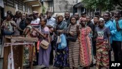 Para pemilih di Republik Demokratik Kongo (DRC), antri untuk memberikan suara dalam pemilu di sebuah TPS di Kinshasa, 30 Desember 2018.