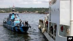 지난 2009년 여객선 전복사고 당시 생존자 수색을 마치고 항구로 들어오는 인도네시아 해군 선박(자료사진)