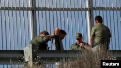 Một di dân bất hợp pháp vượt biên giới Mexico-Mỹ bị lực lượng chức năng chặn bắt.