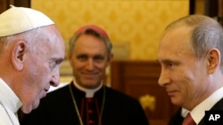 Папа Римський Франциск під час зустрічі з президентом Росії Володимиром Путіним. Ватикан, 10 червня 2015 року