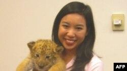 Hồng Ân hiện đang học việc ở Tiểu Ban Nghiên Cứu và Giáo Dục Khoa Học của Hạ Viện Hoa Kỳ