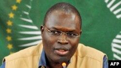 Le maire de Dakar, Khalifa Sall, parle lors d'une conférence de presse à Dakar le 1er mars 2011 .