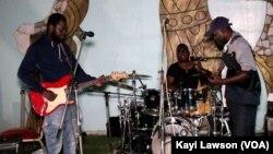 Musiciens en prestation au domicile de Jimi Hope, 6 août 2019 (VOA/Kayi Lawson)
