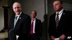 마이크 코너웨이 미 공화당 하원의원(왼쪽)이 지난 12월 워싱턴 연방 의사당에서 도널드 트럼프 주니어와의 미 하원 정보위의 비공개 청문회를 마친 뒤 기자들에게 말하고 있다.