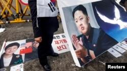 Foto Kim Jong Un dalam demonstrasi anti Korea Utara di Seoul, Korea Selatan (10/4). (Reuters/Lee Jae-won)