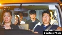 港大前学生会会长冯敬恩被警方上门拘捕(苹果日报图片)