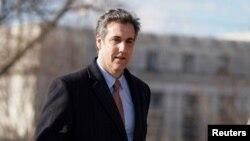 트럼프 대통령의 전 개인 변호사인 마이클 코언이 지난 6일 하원정보위원회 청문회에서 증언하기 위해 의회에 도착했다.