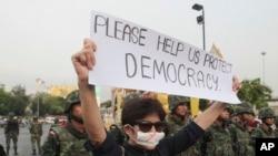 Quân đội cũng triệu tập các thủ lãnh chính trị chống đối cuộc đảo chính.