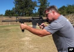 """Instruktur penembak Frankie McRae menggunakan senjata AR-15 yang dipasangi """"bump stock"""" di Klub Tembak 37 PSR di Bunnlevel, North Carolina, 4 Oktober 2017."""