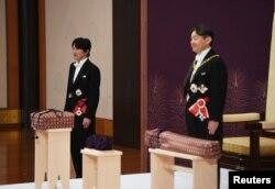 Kaisar Jepang Naruhito didampingi Putra Mahkota Akishino menghadiri ritual Kenji-to-Shokei-no-gi, upaya menerima warisan regalia atau barang-barang kebesaran kerajaan dan stempel, di Istana Kekaisaran di Tokyo, Jepang, 1 Mei 2019.