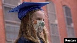 Lidija Hasebrok piprema se za onlajn ceremoniju završetka škole u Bruklinu, u Njujorku, 11. jun 2020 (Foto: Rojters/Caitlin Ochs)