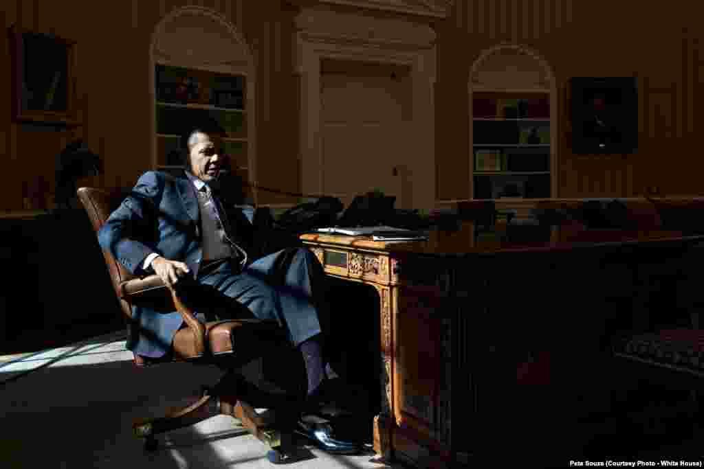 Le président Obama est au téléphone avec le Premier ministre David Cameron, à la Maison Blanche, Washington DC, le 13 février 2012.