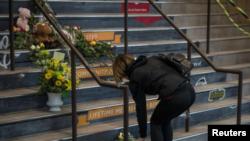 Una residente de Tisdale deja flores en honor a las víctimas del equipo de hockey sobre hielo Humboldt Broncos en el estadio Edgar Peterson Arena en la provincia de Saskatchewan, Canadá. Abril 7, 2018. REUTERS/Matt Smith
