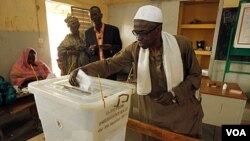 Seorang warga memberikan suaranya dalam pemilu Presiden Senegal pada sebuah TPS di Dakar (26/2).