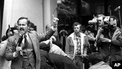 Джона Хинкли задерживают в момент покушения на президента США Рональда Рейгана 30 марта 1981 г.