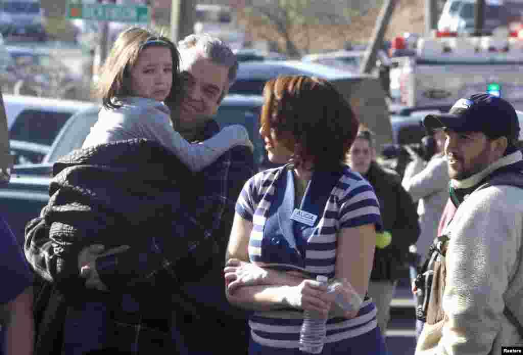 Los padres de familia llegaron en masa a recoger a sus hijos que fueron evacuados dos horas después del tiroteo.