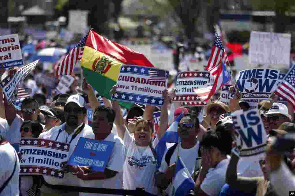 Banderas, pancartas y gritos de !Sí se puede!