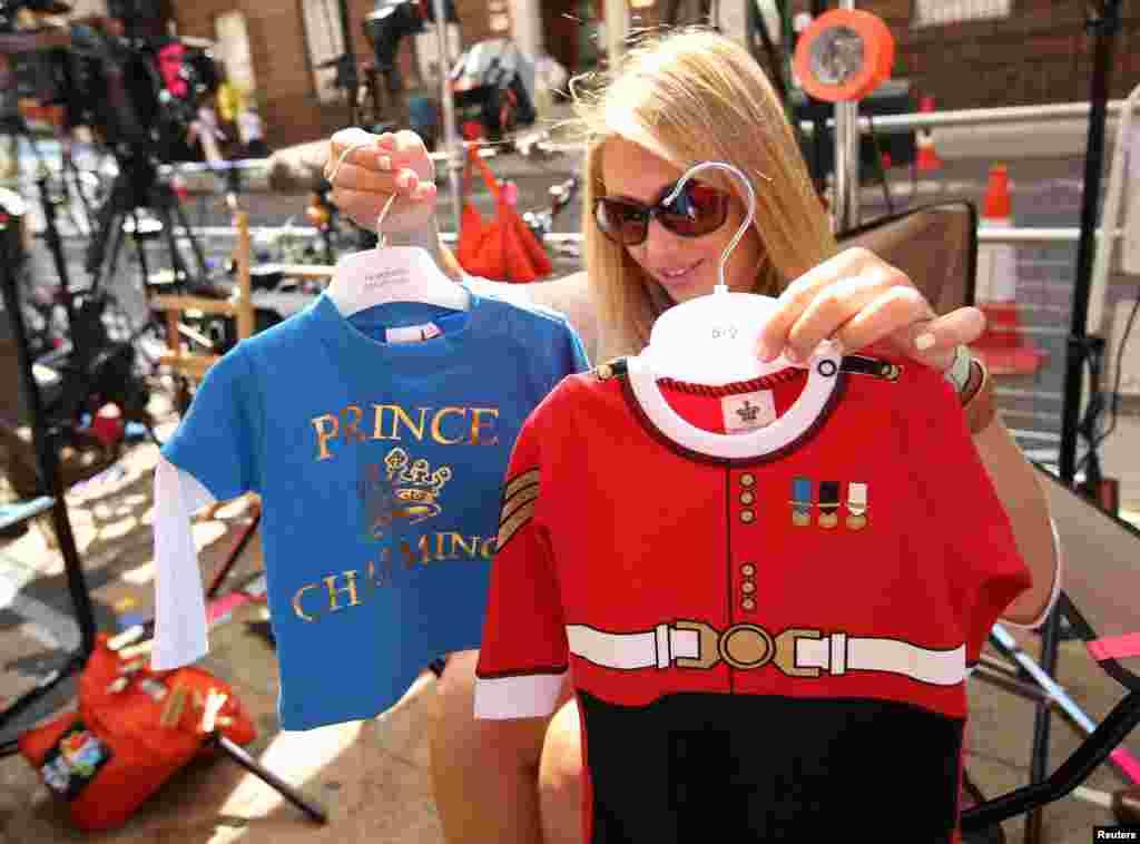 Một thành viên của giới truyền thông Mỹ đang lựa chọn trang phục bé trai để đưa trước ống kính, 15 tháng 7, 2013.