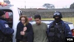 Florence Cassez (kiri) dan pacarnya, Israel Vallarta saat ditangkap oleh polisi Meksiko di pinggiran Mexico City (foto: dok.)