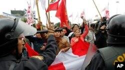 Polisi berupaya menghentikan aksi demo menentang pemerintah Presiden Ollanta Humala Peru dan anggota parlemen, di Lima, Peru (27/7).