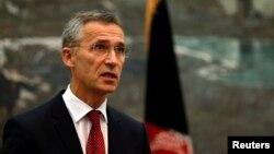 북대서양조약기구(NATO)의 옌스 슈톨텐베르크 신임 사무총장이 6일 아프가니스탄 카불에서 기자회견을 가지고 있다.