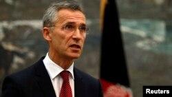 Sekretaris Jenderal NATO Jens Stoltenberg memberikan keterangan pers di Kabul, Afghanistan Kamis (6/11).