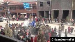 民众围住自焚者多杰仁青的尸体,不让中国当局取走