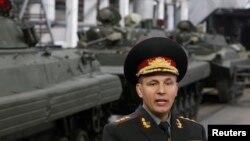 Menteri Pertahanan Ukraina Valery Heletey berbicara dengan jurnalis dalam kunjungannya ke Zhytomyr. (Reuters/Valentyn Ogirenko)