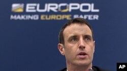 Le directeur d'Europol Rob Wainwright lors d'une conférence de presse à la Hague en 2011. Source AP