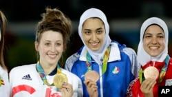 کیمیا علیزاده(نفر وسط) توانست مدال برنز کسب کند.