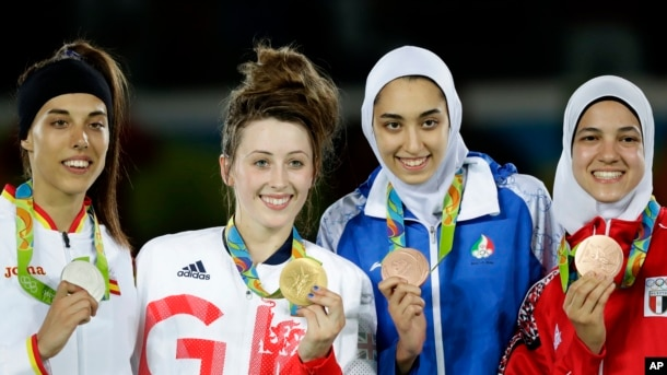 Pemenang medali emas taekwondo putri dalam Olimpiade 2016, dari kiri: Eva Calvo Gomez dari Spanyol, perak; Jade Jones dari Inggris, emas; Kimia Alizadeh Zenoorin dari Iran dan Hedaya Wahba dari Mesir, perunggu.