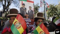 Seguidores del presidente de Bolivia, Evo Morales, ondean banderas y carteles por la visita del mandatario iraní, Mahmud Ahmadinejad.