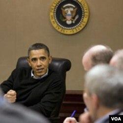 Presiden Barack Obama saat menerima penjelasan situasi di Mesir dari para penasihatnya di 'Situation Room' Gedung Putih (29/1).