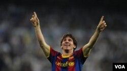 Penyerang Barcelona Lionel Messi mencetak dua gol, menit 76 dan 87, ketika melawan Real Madrid dalam leg pertama semifinal Liga Champions di stadion Bernabeu, Rabu (27/4).