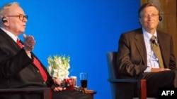 Voren Bafet i Bil Gejts na konferenciji za novinare u Pekingu