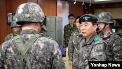 지난 9일 한국군 박성규 제1야전군 사령관(오른쪽)이 동해안 부대를 방문했다. (자료사진)