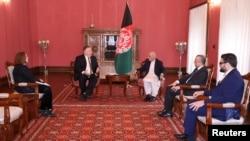 အာဖဂန္နစၥတန္ သမၼမတ Ashraf Ghani ႏွင့္ သြားေရာက္ေတြ႔ဆုံ ညိႇႏႈိင္းခဲ့သည့္ အေမရိကန္ႏုိင္ငံျခားေရးဝန္ႀကီး Mike Pompeo. (မတ္ ၂၃၊ ၂၀၂၀)