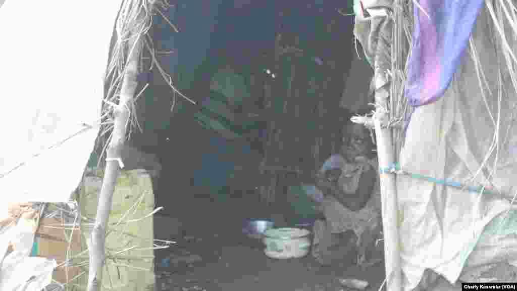 Une famille de déplacés internes qui a fui les massacres répétés perpétrés par des rebelles musulmans ougandais de l'Alliance des forces démocratiques ADF, vit dans une tente au site à OICHA à plus de 400 kilomètres au Nord de Goma, Beni, 28 octobre 2015 (Charly Kasereka/VOA).