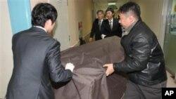 有關人員星期一把一名南韓海岸警衛隊隊員的屍體從銀川的一家醫院搬出