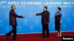 Президент США Барак Обама и Председатель КНР Си Цзиньпин с супругой приветствуют друг друга на торжественном банкете на саммите АТЭС в Пекине. Китай. 10 ноября 2014 г.