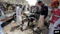 Pakistanska policija ispituje poprište eksplozije na autobuskoj stanici u blizini Pešavara 5. juni, 2011.