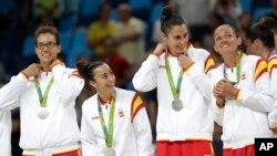 西班牙女篮队员星期六在里约奥运会上,在同美国对手进行决赛后庆贺获得银牌。
