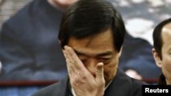 2007年1月17日原重慶市共產黨黨委書記薄熙在北京薄一波靈堂抹眼淚。