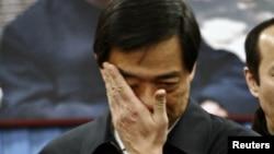 2007年1月17日原重庆市共产党党委书记薄熙在北京薄一波灵堂抹眼泪