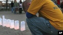 來自密爾沃基的邁克爾特在為維吉尼亞理工大學槍擊案的受害者祈禱(資料照片)