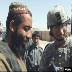 Američki vojnik u razgovoru sa lokalnim stanovnikom u akciji pridobijanja povjerenja