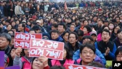 Participants of a rally protesting a US-South Korea free trade pact and G20 summit to be held this week, Seoul, 7 November 2010